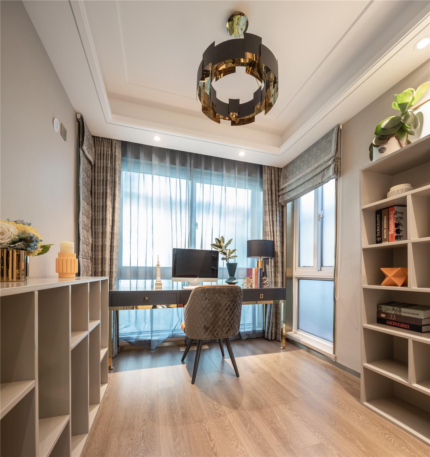 两面宽大的窗户让书房光线十足,双层窗帘设计让空间亮度自由调配。