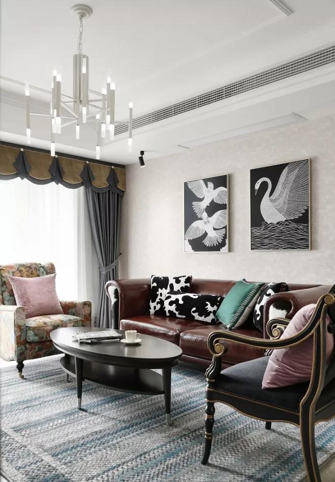 墙面使用欧式暗纹墙纸,浅色不张扬。皮质沙发+描金单人椅子+实木茶几稳稳定在蓝条纹地毯上,气质古典。