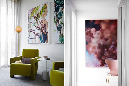 生活区由一个孔雀蓝色色调的华丽部分主导,辅以一个定制的灰色地毯和咖啡桌上的金属细节。
