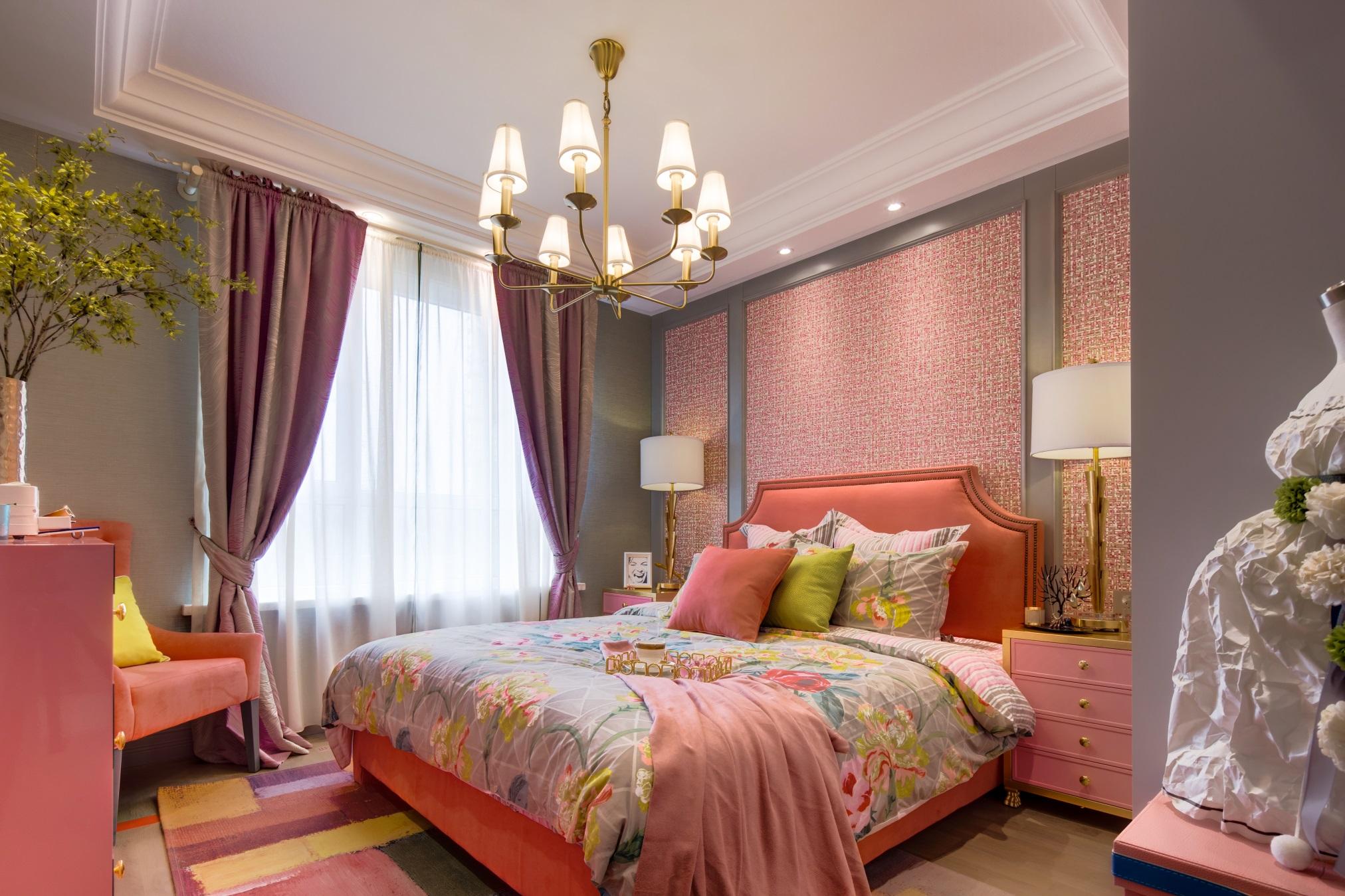 粉色调的欧式卧室带来浪漫之感,通透的白色纱帘为空间带来轻飘的美感。