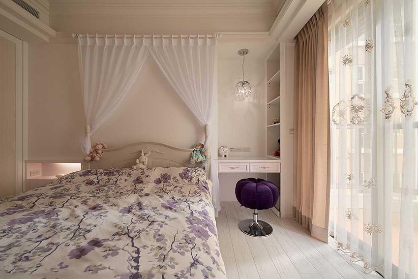 床头至梳妆区能够拥有完整水平,是规划之初预留的空间段落,同一平面上从容包含了置物、睡眠及梳妆区域。