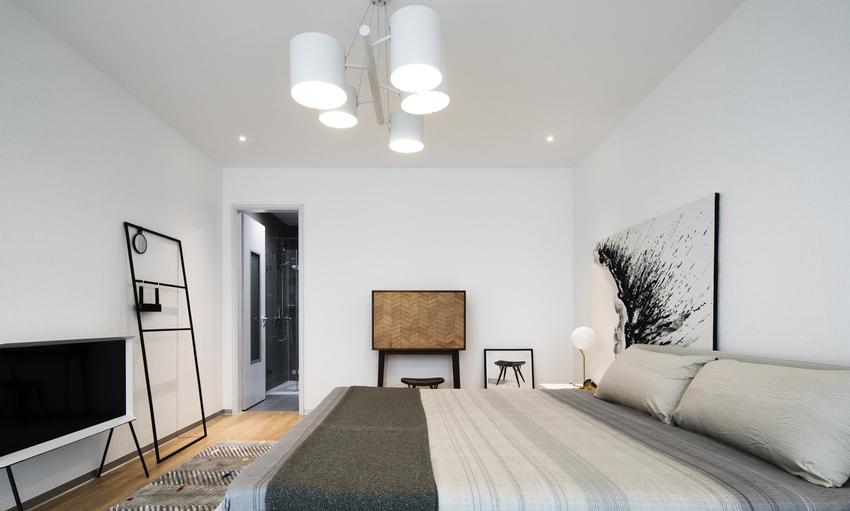 卧室中设计师的手法变得轻松简洁,通过随性的视觉陈列方式,泼墨画让空间灵秀而富有韧性。