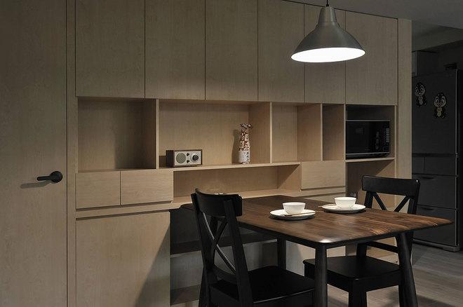 餐桌以深棕色原木为材质,简约的线条加上桌面削薄圆滑的处理,充满着现代时尚感和引人安静思考的氛围。