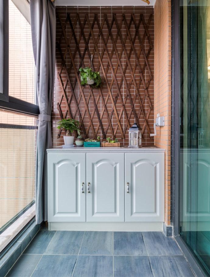一面篱笆造型有阳台背景墙。一盆绿植,透着窗外的风景,在此小憩一会儿,都是最大的满足和放松。