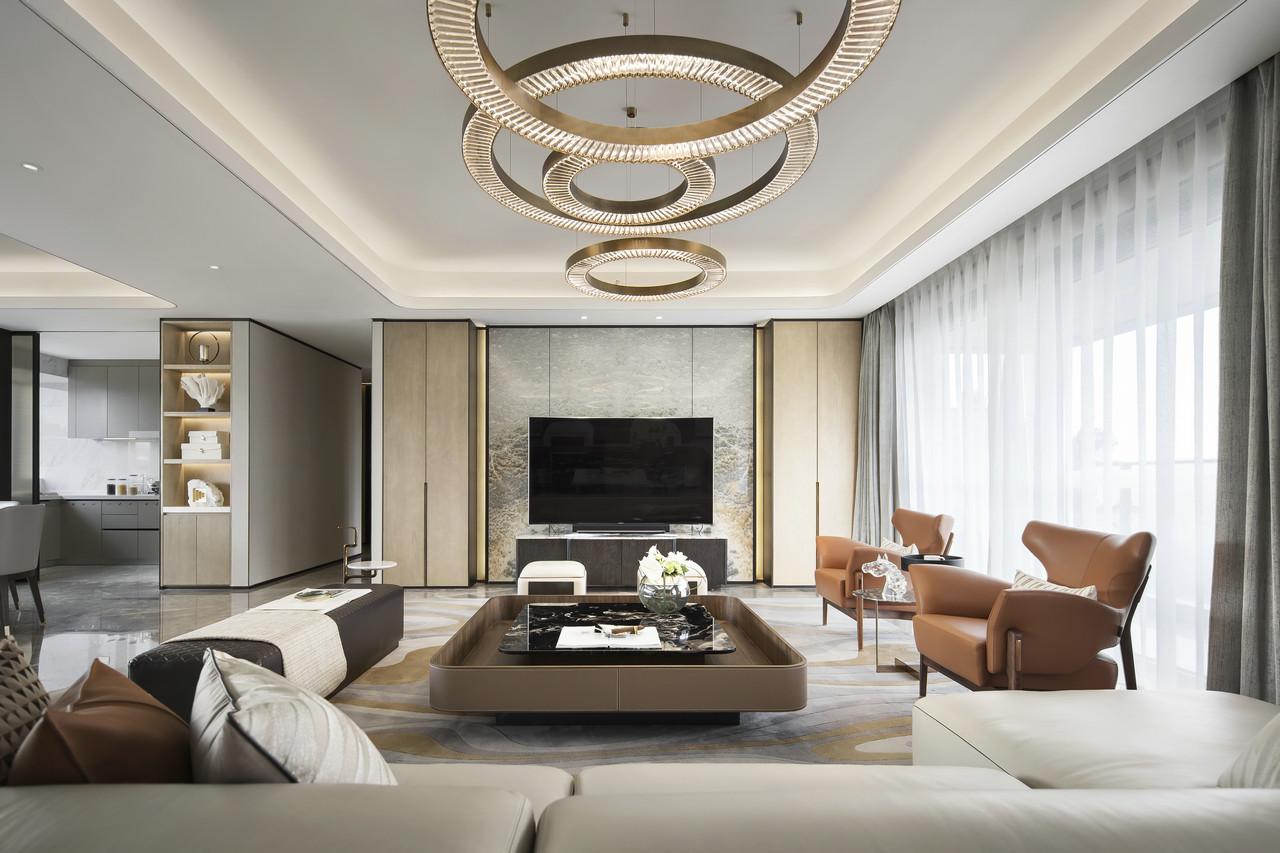 金属质感的背景墙加入了温润自然的木饰面,奢华雅致;棕色皮质沙发的点缀让空间充满质感和充实感,生动而自