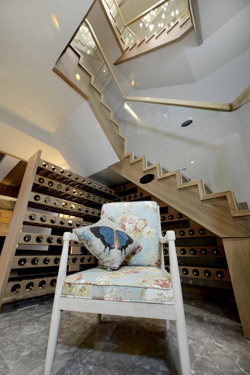 楼梯下的空间也是不能浪费的,这里是屋主储藏酒的地方。