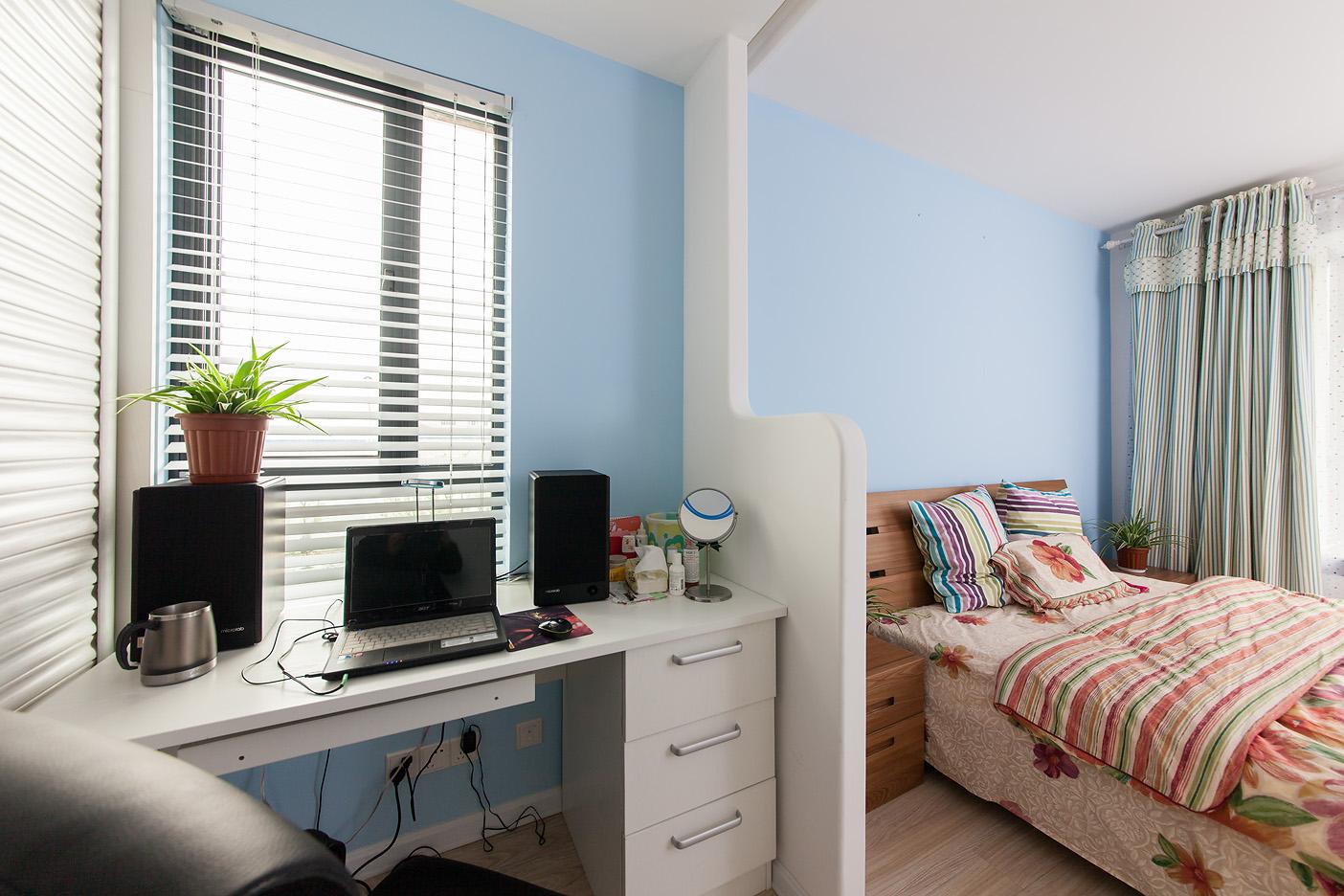 很好的利用空间在卧室装置了办公桌。