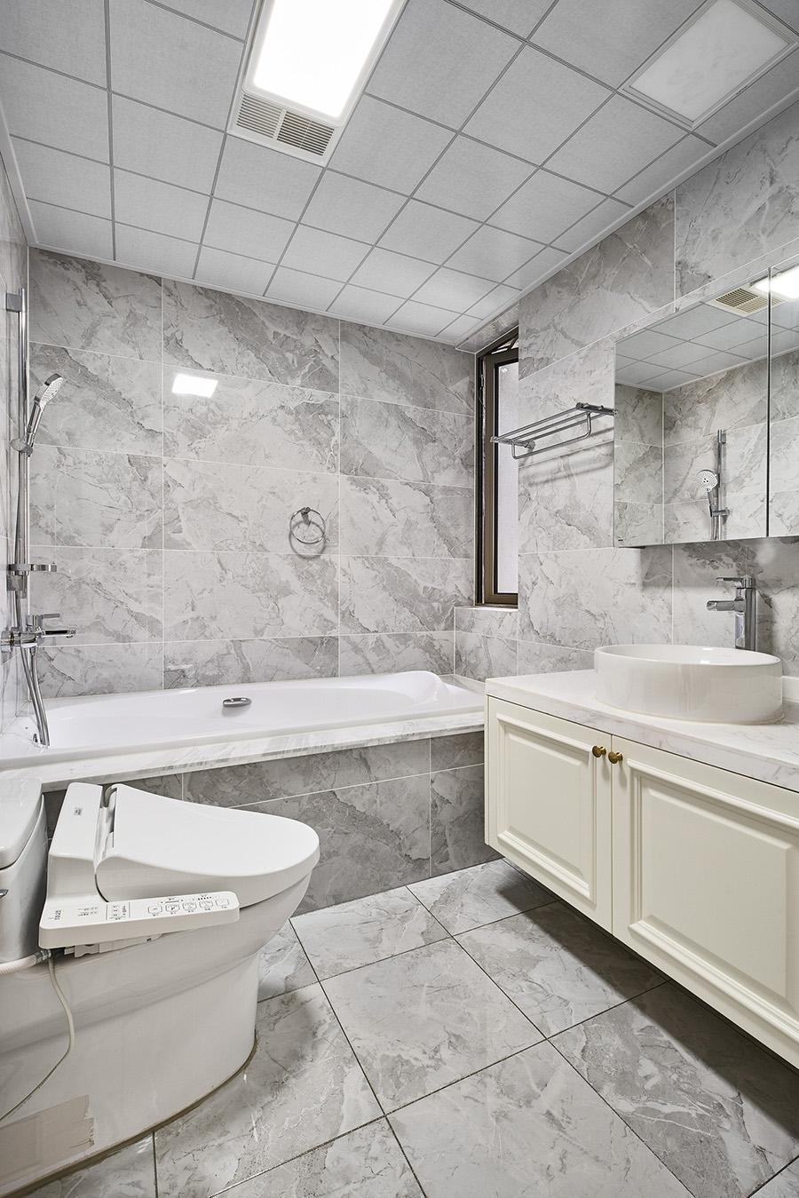 卫生间结构紧凑,巧妙利用大量花色大理石铺贴,使室内充满精致怡然的氛围。