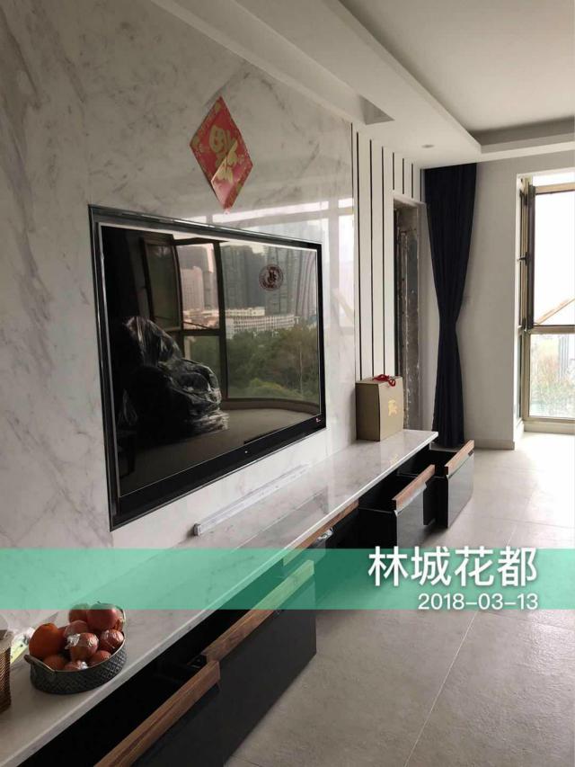 客厅电视采用了嵌入式设计,美观利索;背景墙的大理石花纹让空间更显质感。