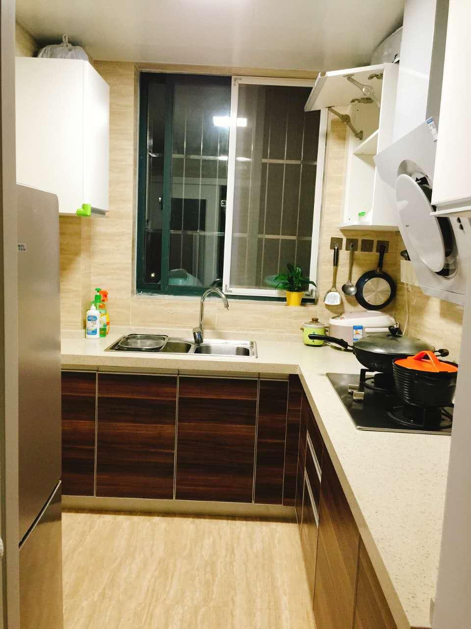 爱空间标配厨房,整洁,易打理。由于厨房的面积不大,张女士油烟机选用了吸力更强的侧吸油烟机。