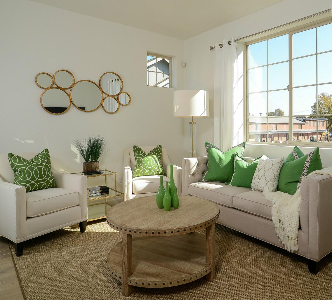 触目可见的除了 亮堂,时尚以外,就是这些绿色的抱枕、花瓶、盆栽带给我们的青翠感,好舒服。