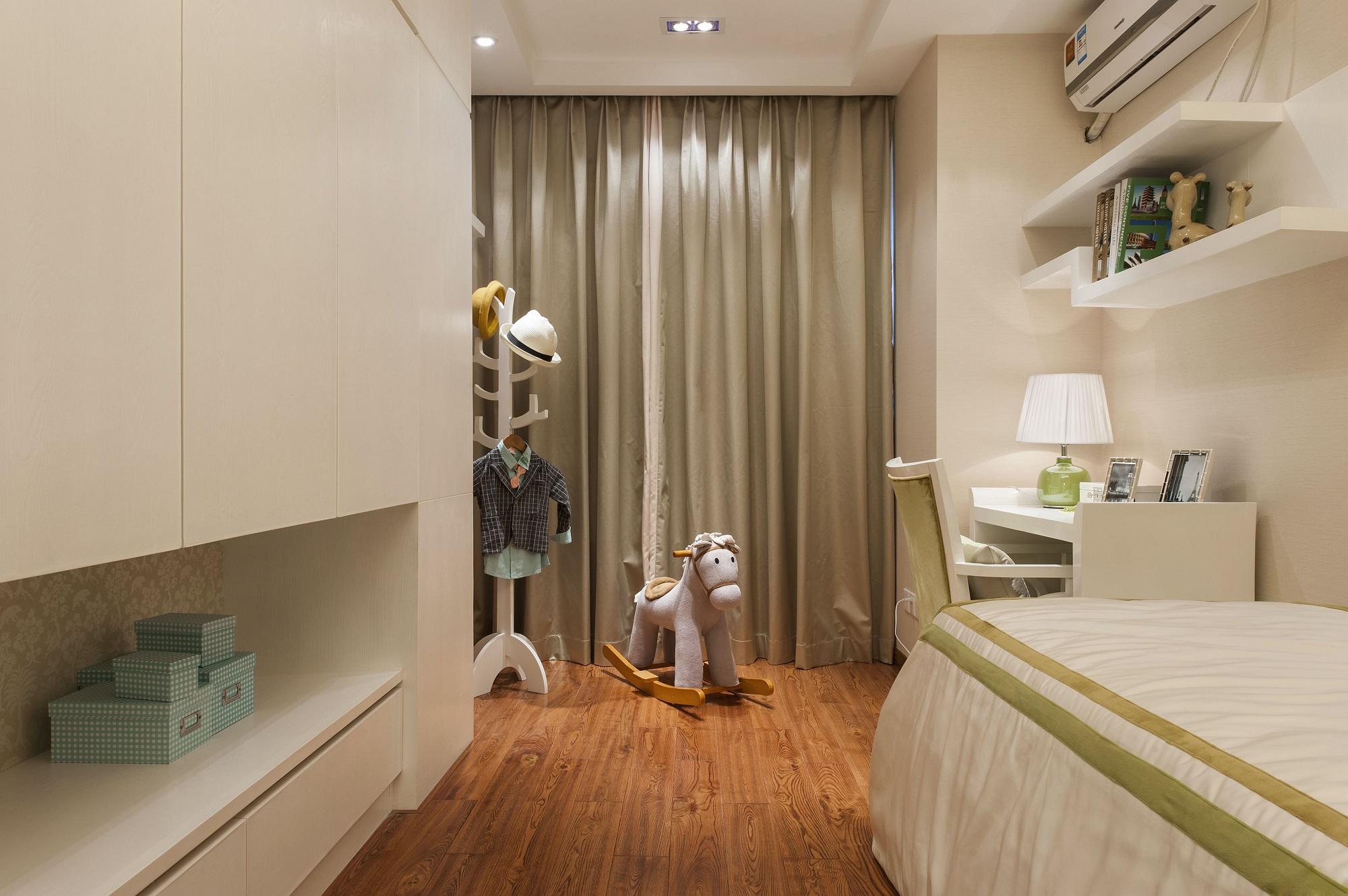 儿童房整洁素雅,鱼骨衣架简单又有艺术感,墙上用隔板当置物架,便于收纳也不会有压抑感。