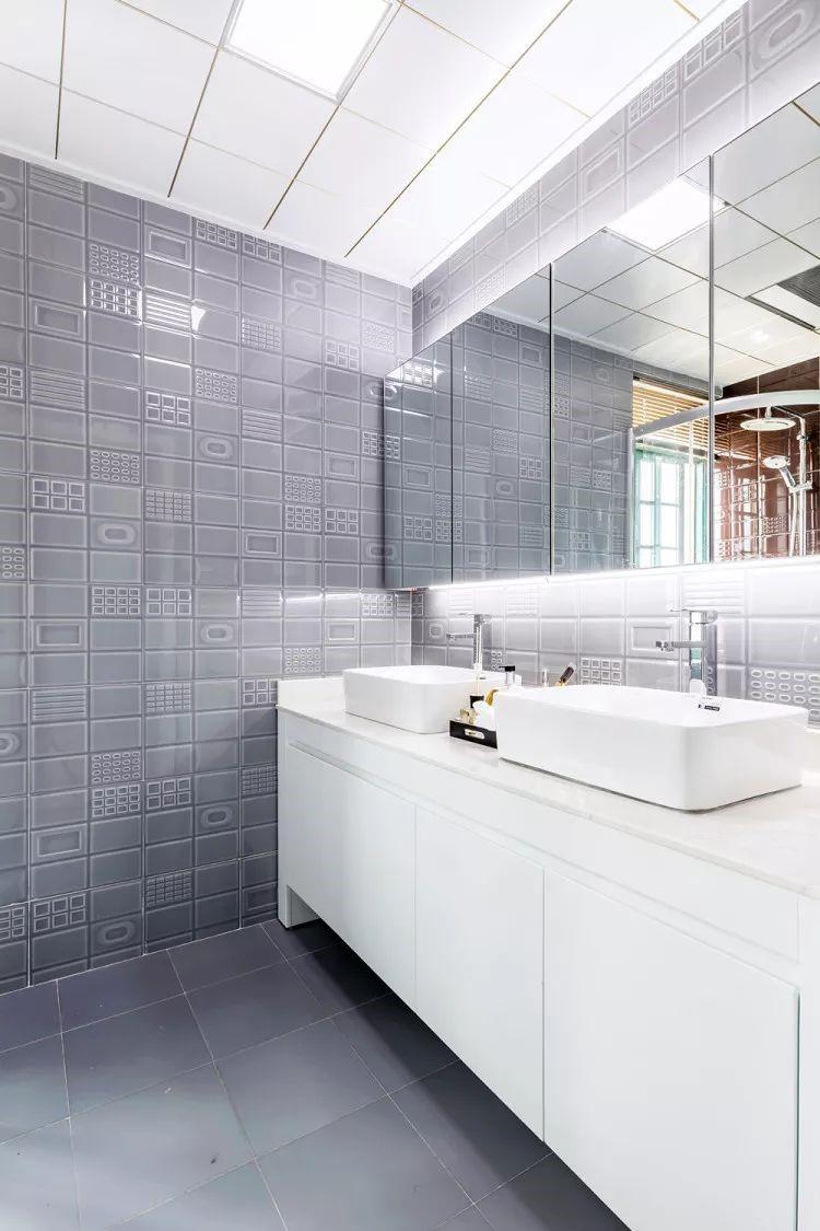 灰白对比色塑造出一间非常典型色调的简约卫生间,空间不大却很能显出整体格调的卫浴空间。