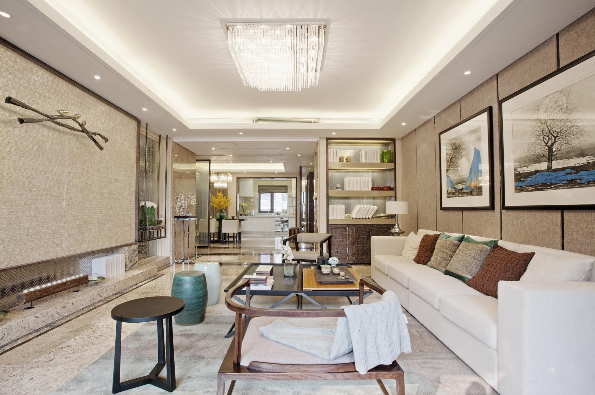 客厅宽敞雅致,整体散发着暖暖的气息,淡雅的色彩、简练的线条,无一不体现着时尚舒适的东方意境之美。