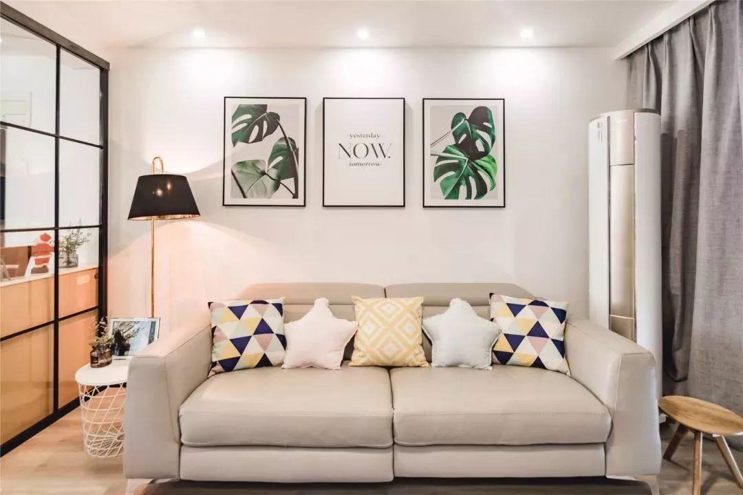 象牙白的沙发,造型、布料材质、颜色等等,就有点日式风的感觉了。