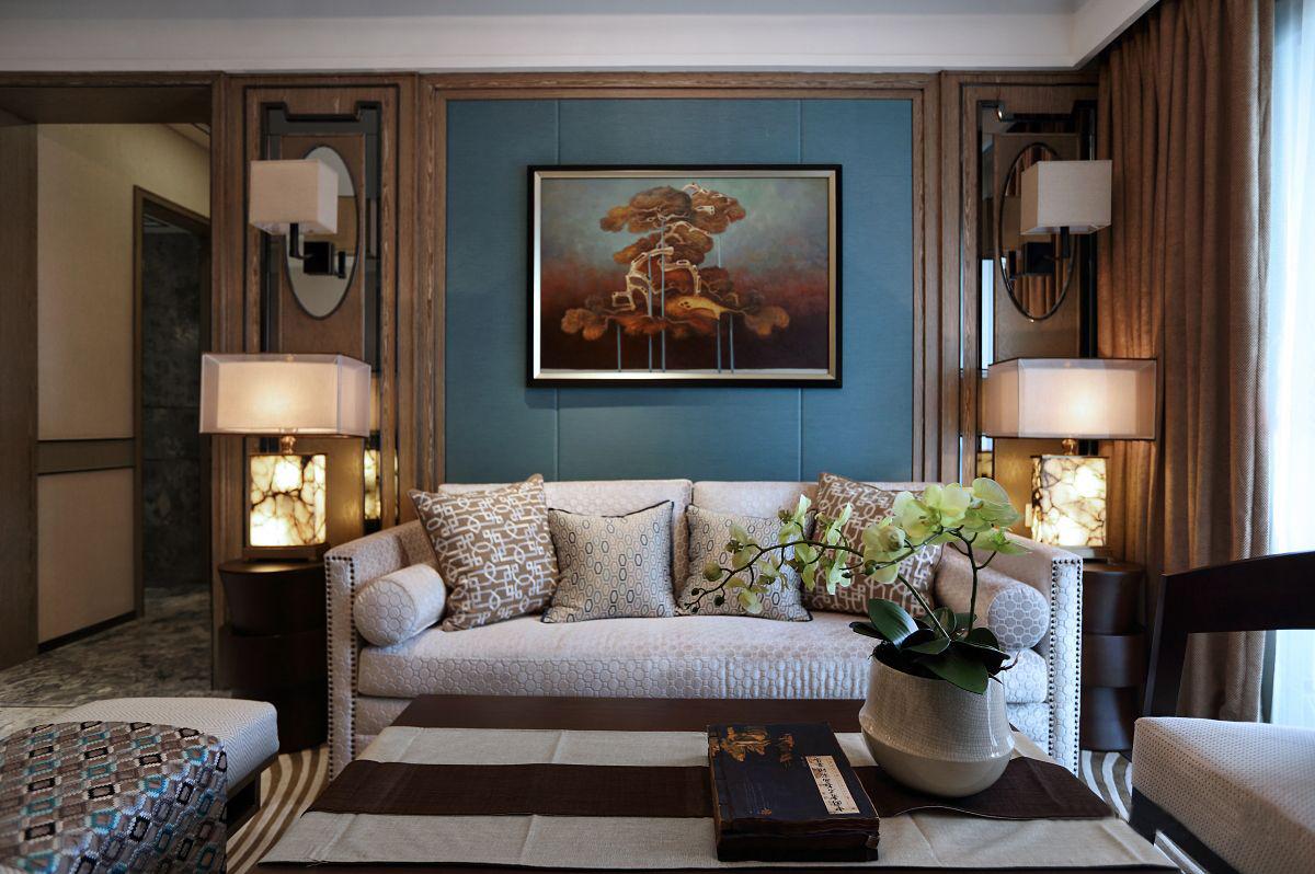 灰蓝色沙发背景墙让原本素雅的客厅变得更加亮眼,具有中式特点的灯饰使空间更加温馨。