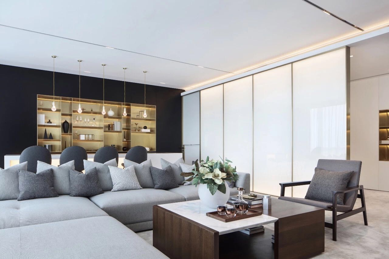 客廳無吊頂設計提升了空間開闊感,布藝沙發圍合式陳設,整體顯得寬敞大氣。