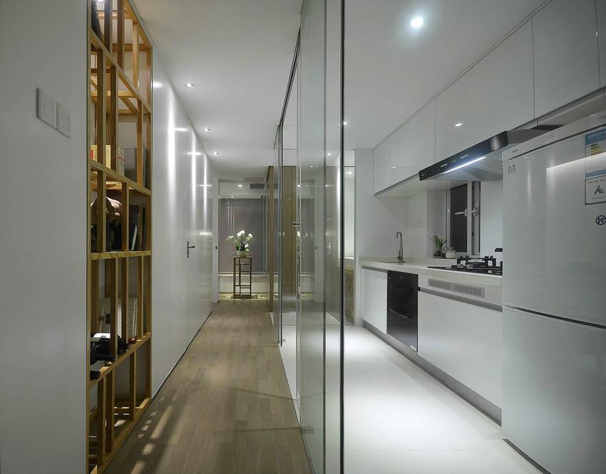用地板和地砖区分走道和厨房两个功能区,厨房的玻璃门设计美观,而且增强厨房与其他房间的互动性。