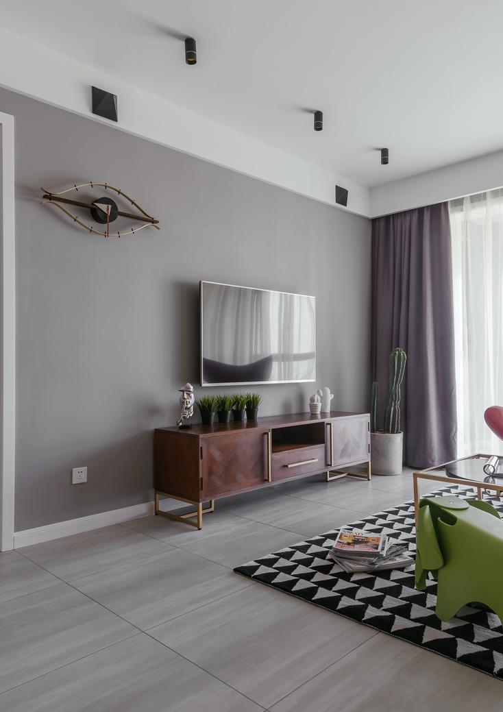 客厅的影视墙采用浅色乳胶漆打底,既大方又有气派。
