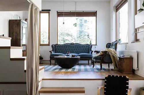 门口的右侧是客厅。墙面开了不少窗户,且是大面积且透明玻璃。