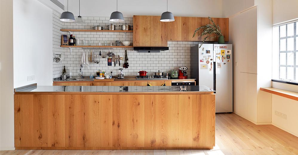 开放式厨房与客厅连接在一起,使得空间显得更高更大。