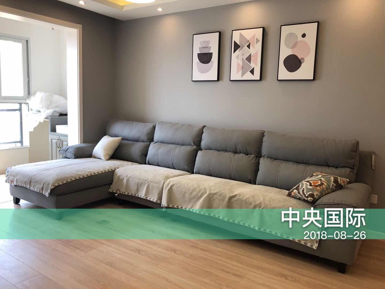 客厅采用浅色调,灰色沙发背景墙用几何画框进行装饰,提升了居室整体艺术感。