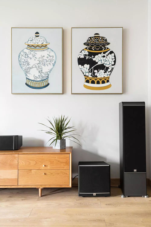 屋主家没有安装电视机,而是以投影仪代替,做了巧妙的隐藏设计。