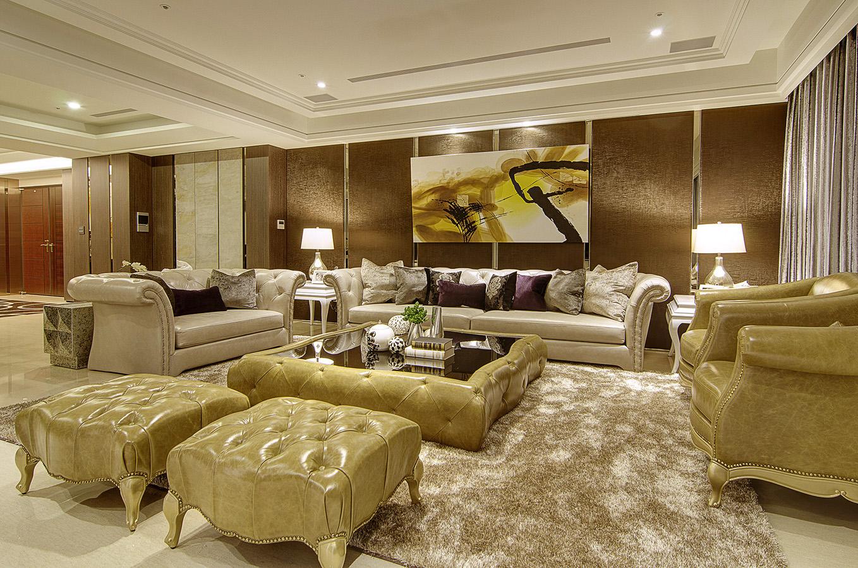 放眼客厅可谓是奢华大气,护墙板保护墙面又装饰空间,加以金线条点缀,立体感倍增,尽显华丽。