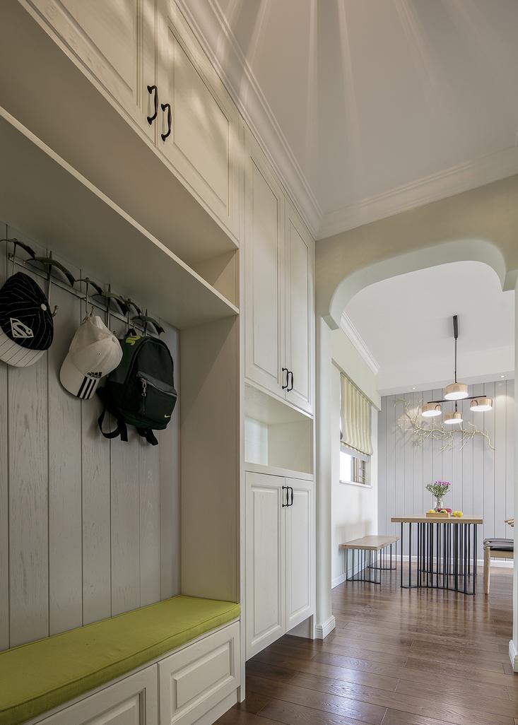 玄关做了整面墙的鞋柜,预留出可以换鞋的矮柜,很实用。