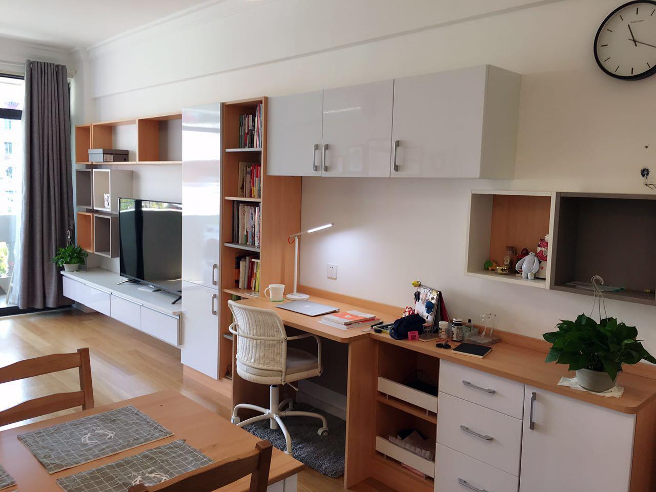 由于房间面积不是很大,因此空间布局紧凑,每个地方都要充分利用。