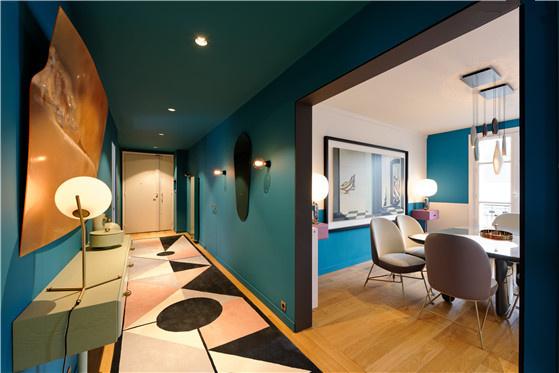 长约六米的地毯将一直贯穿至卧室入口,形成一条完整的长廊过道。