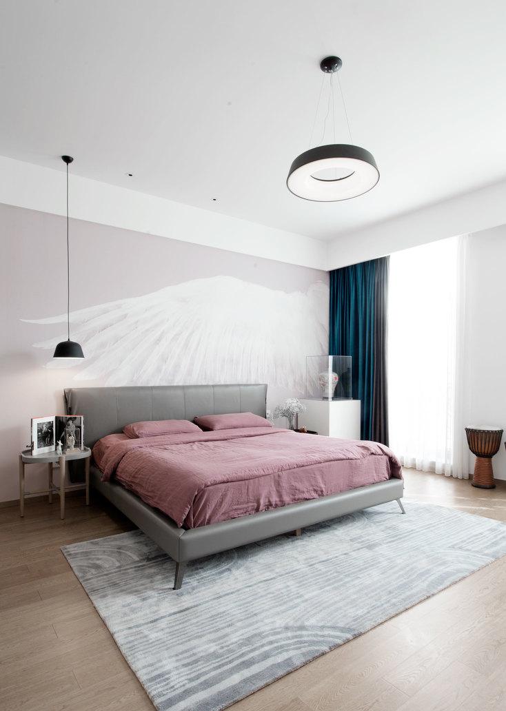 主卧选择皮质的床,灰色的床与豆沙红床品给人一种温暖的感觉。