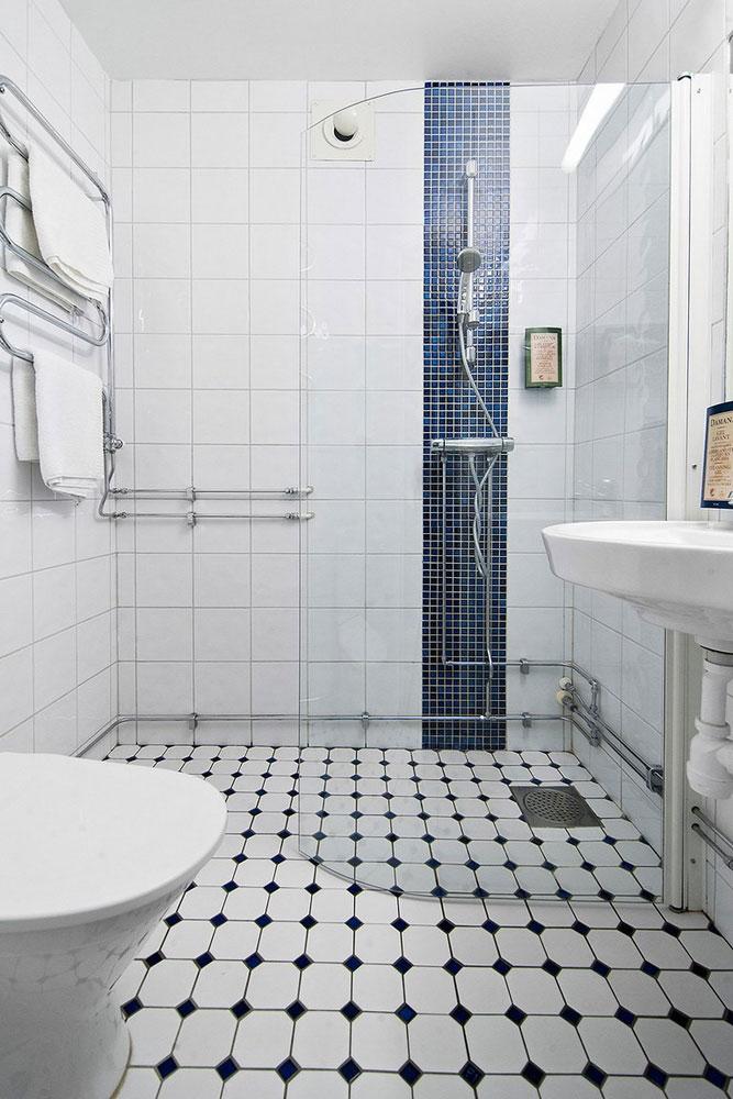 浴室并不狭窄,镀铬的水管让空间更有金属感。