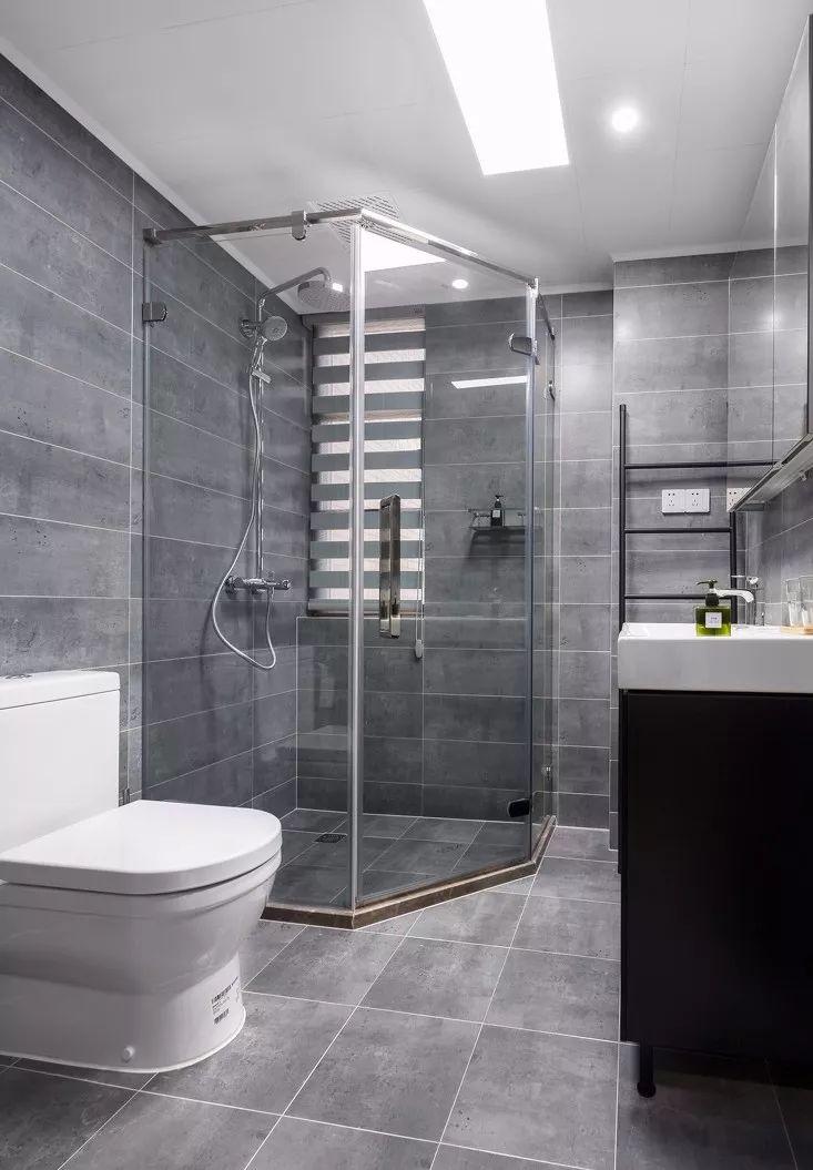 采用的干湿分离的设计,可以有效的保证卫生间的整洁。灰色与白色的色彩搭配显得沉稳大气。