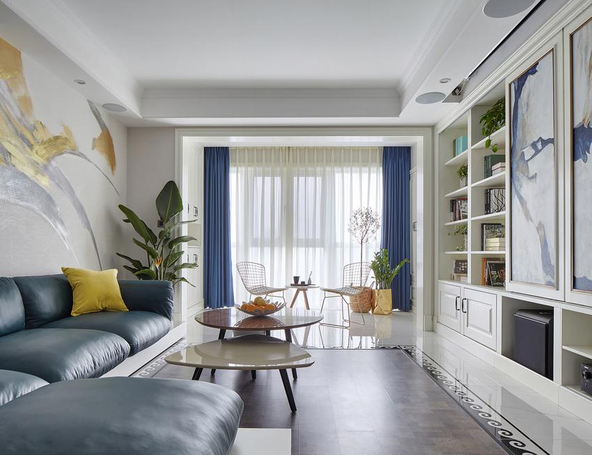 足够的收纳空间包含着家里满满的爱意,偶尔使用的电视一齐躲藏进了电视柜里。