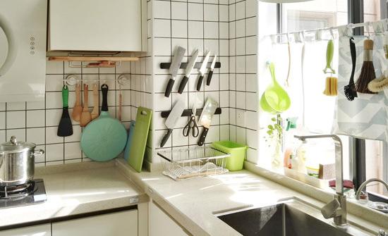 厨房右边是水槽,窗户朝东,早上某一时段会有阳光撒进来,真的太喜欢自然光了。
