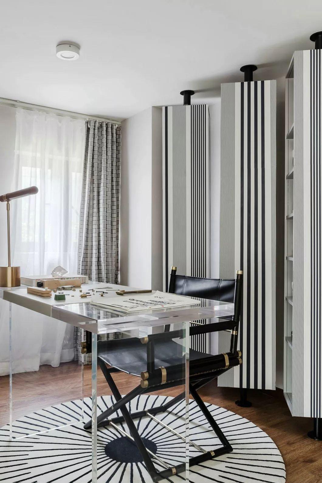 工作间内,设计师的手法变得奔放,线条在这里得到了视觉的爆发:隐藏书架、 地毯以及窗帘错落有致的相交。