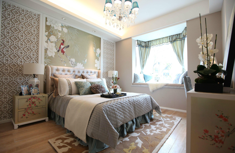 卧室中放置着简约的大床,搭配上布艺床品,与床头背景墙铺贴的暗金植物花样的精美壁纸相呼应,很是精美
