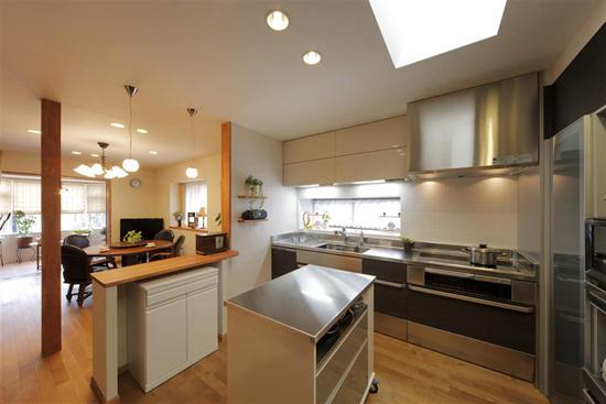 L形的墙壁,打造出半开放式的厨房,既可以防止油烟,又可以加强与家人间的沟通,一举两得。