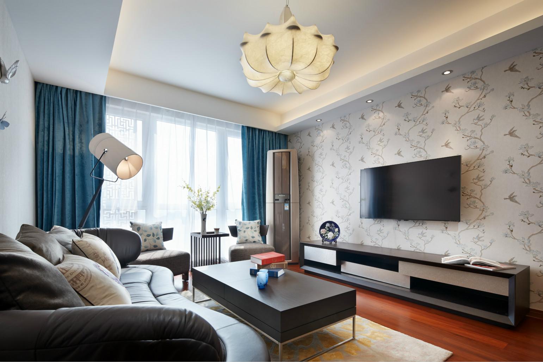 客厅中放置着黑色皮质沙发,花瓣的吊灯,整体简洁而雅致。