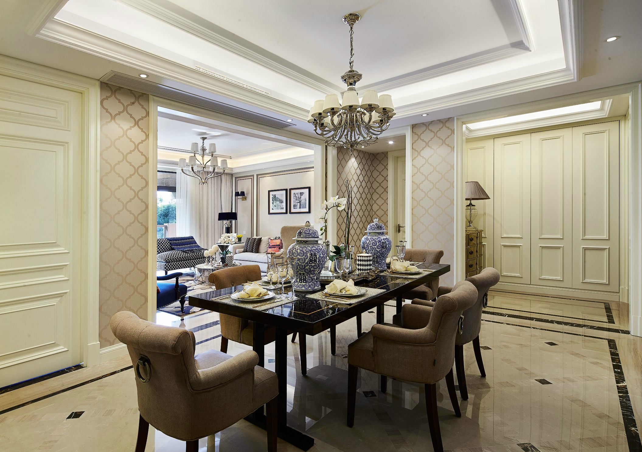 华丽的灯池与餐桌交相呼应,搭配筒灯的柔和光线,营造出浪漫舒适的就餐环境。
