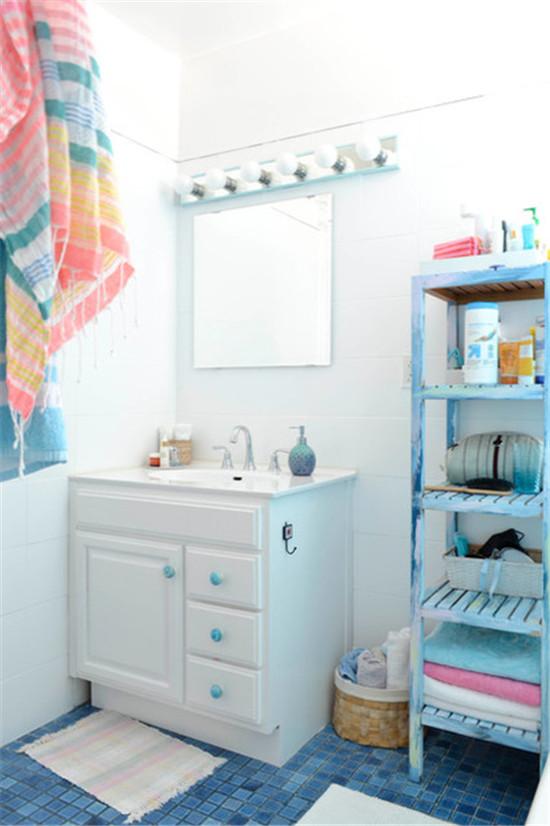 卫浴间选择清新蓝的马赛克铺砌,水气氤氲的空间里感受海之清新脱俗。