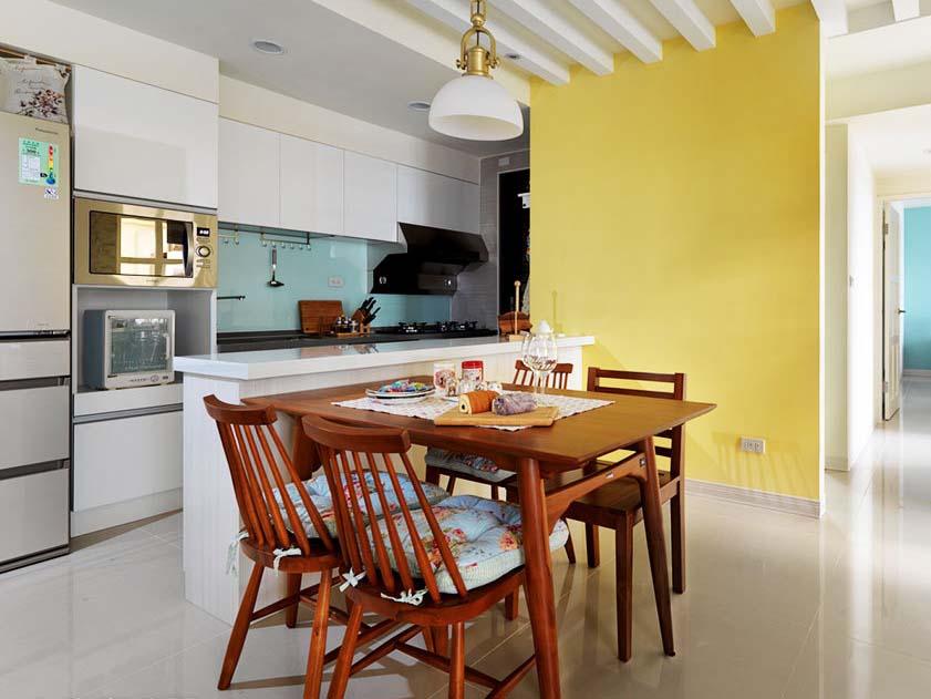 黄色的墙壁似乎是餐桌椅延伸出来的部分,连坐垫都是客厅的风格。