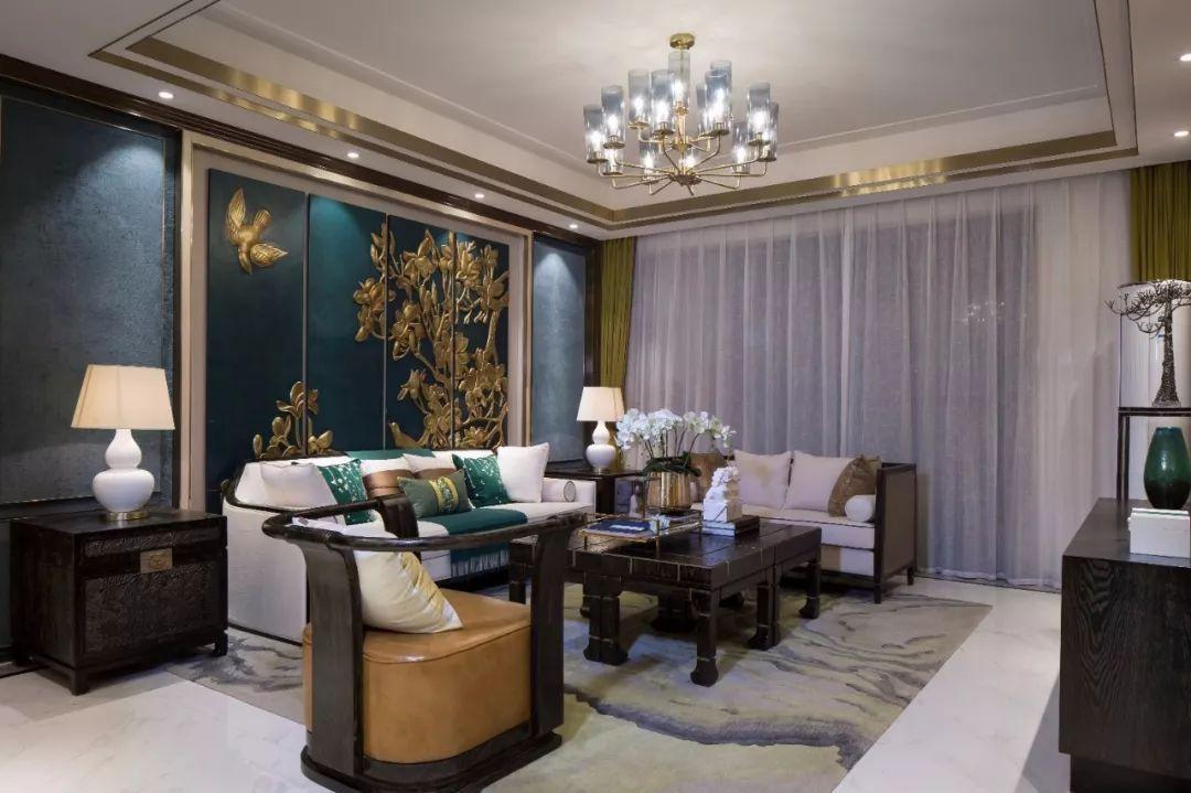 搭配体现青花元素的马赛克和墙纸,及素雅的石材拼花,展现中西合并搭配。