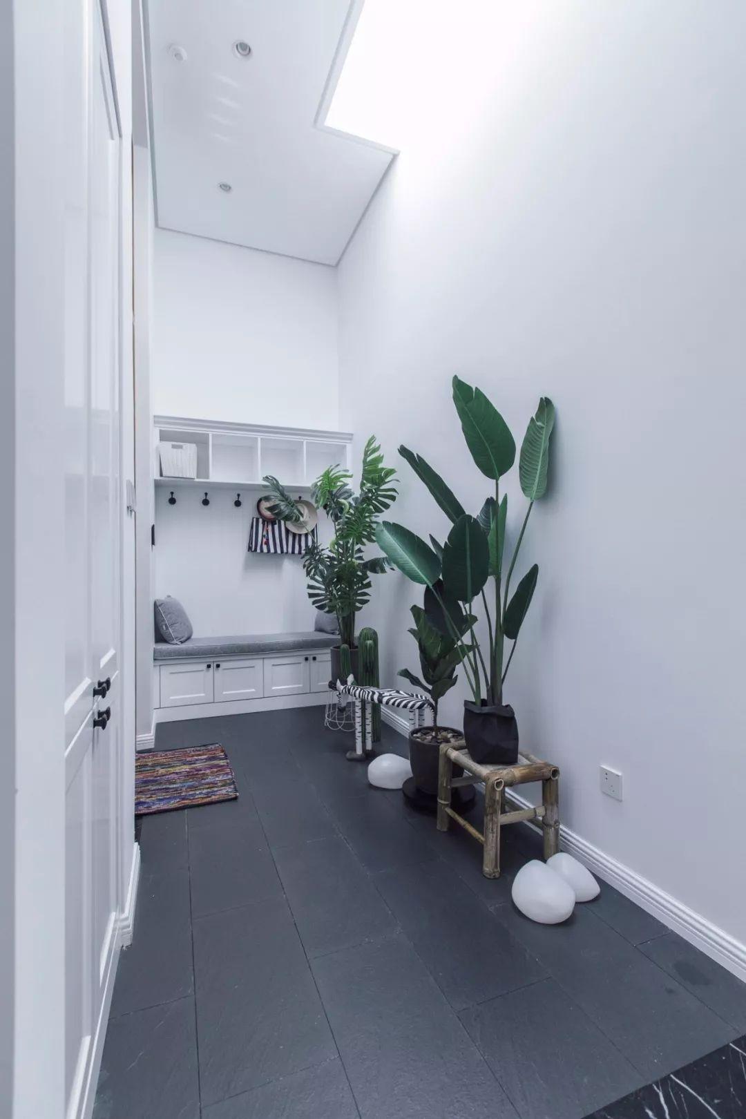 玄关用自然生长的绿植来打破单调,制造出丰富的层次感。