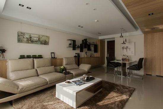 从玄关延伸入内的木皮线条蕴藏大容量鞋柜机能,结合沙发后方的上掀柜设计,形塑干净齐整的简约概念。