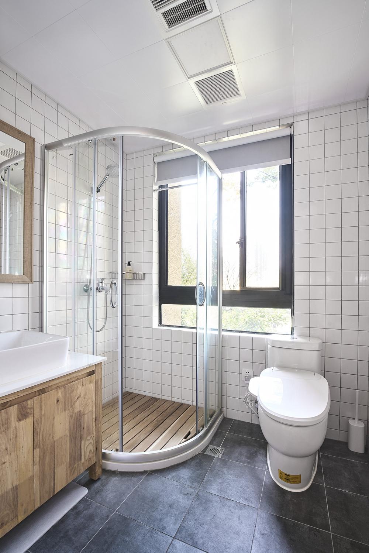 卫生间以白色为主,卧延整体的自然之风,局部采用玻璃进行干湿分离,清新又透露着舒缓。