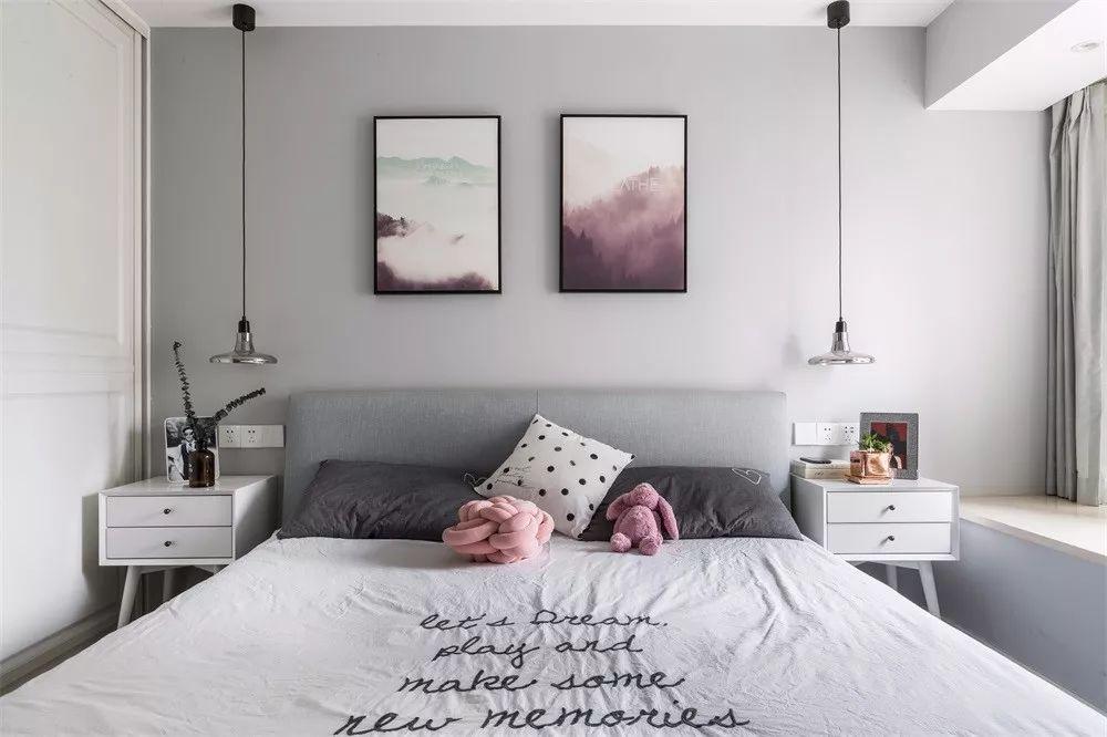 主卧墙面都刷上了灰色的墙漆,色度相比客厅还深了几个色号,营造略显昏暗但好眠的场景,让夜晚更好入眠。