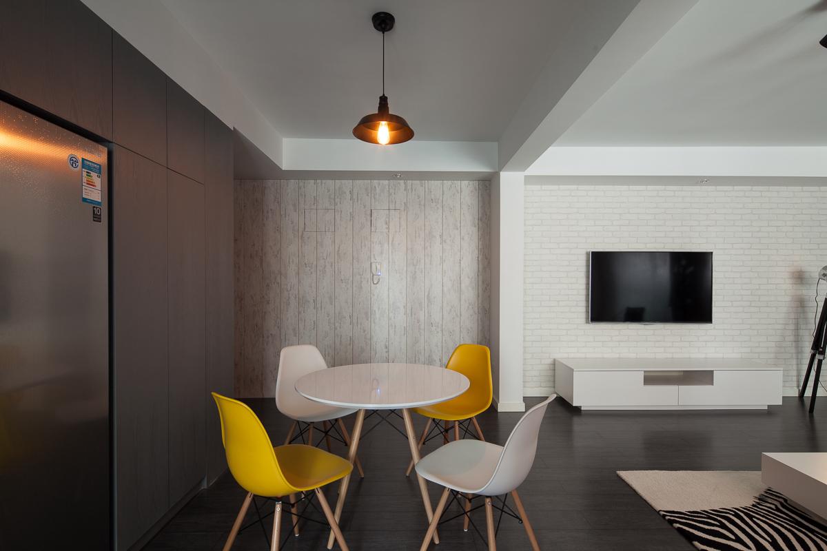 餐桌椅比较简洁,木质白色小圆桌,搭配黄白色座椅很好的点缀了饮食氛围