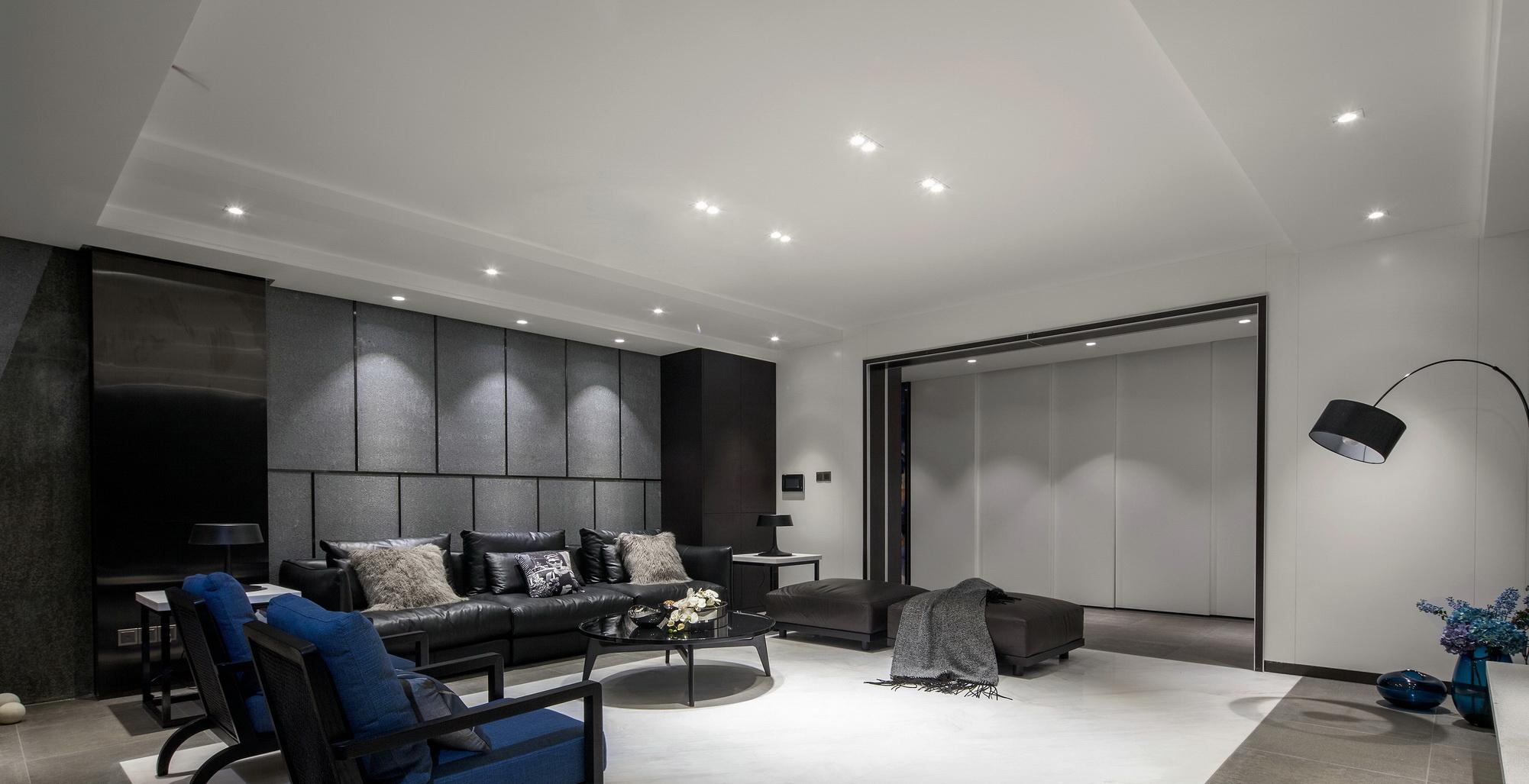 搭配上精美的充满曲线感的软包沙发,更是奢华大气